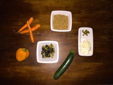 Farro con verdure saltate, olive, capperi e feta