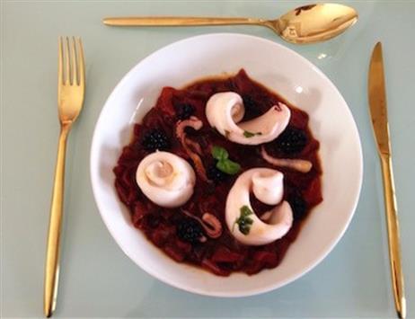 Calamari in padella con peperonata al profumo di basilico e More