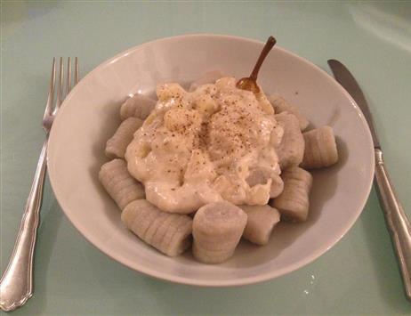 gnocchi patate blu con salsa al blu di capra e pera