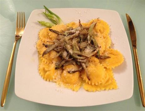Ravioli di pasta alla zucca ripieni di ricotta di pecora & noci